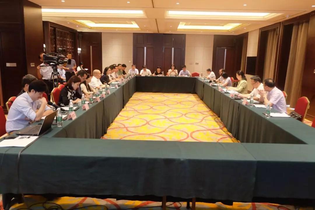 集团高层与黄冈市委市政府各部门领导展开座谈.jpg